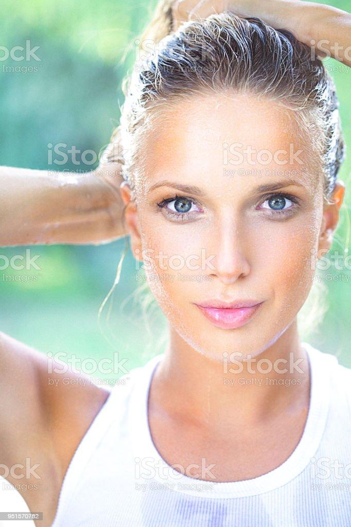 Portrait d'une jeune femme avec la peau humide et cheveux beauté gros plan - Photo