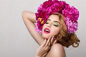 美しいクローズアップのポートレート、若い素敵な少女と花