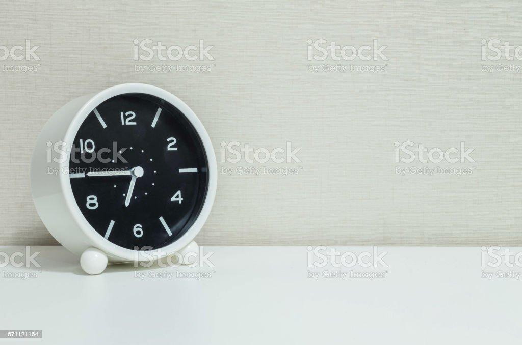 Noir et blanc closeup réveil pour décorer un trimestre à sept ou à
