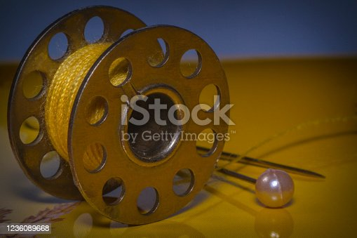 Close-up bobbin winder for a sewing machine, thread metal reel