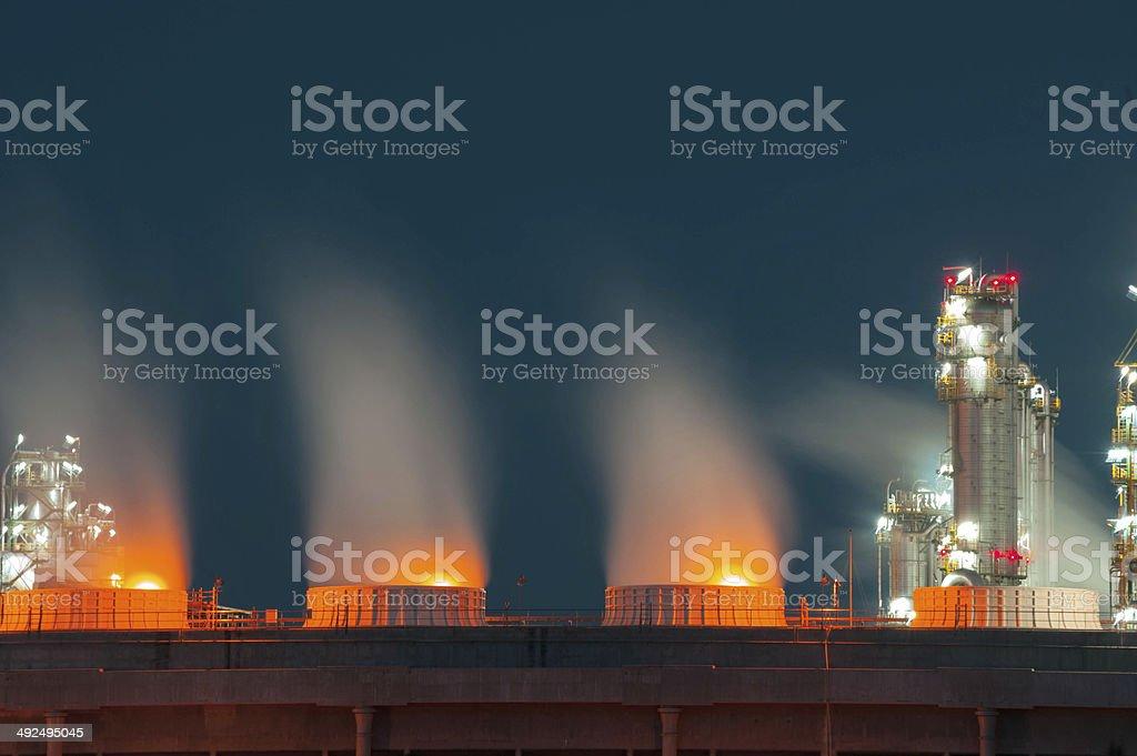 Nahaufnahme Boiler stream in Raffinerie Werk bei Nacht – Foto