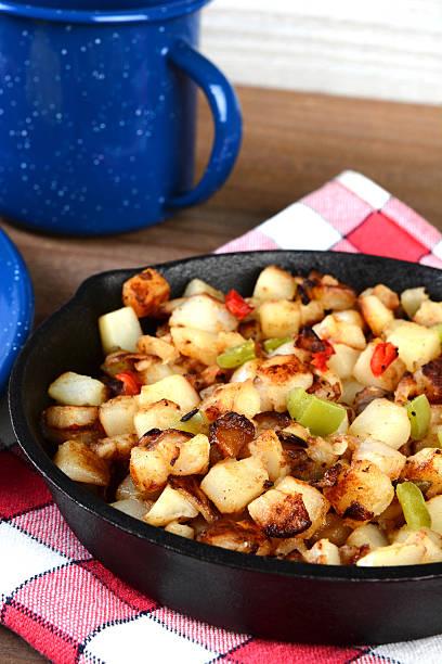 nahaufnahme frühstück kartoffeln in der pfanne - haschee stock-fotos und bilder