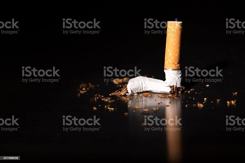 Fumar cigarros em detalhe quebrado - foto de acervo