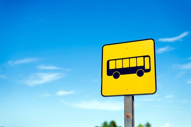 closeup bus stop sign with a blue sky background – zdjęcie