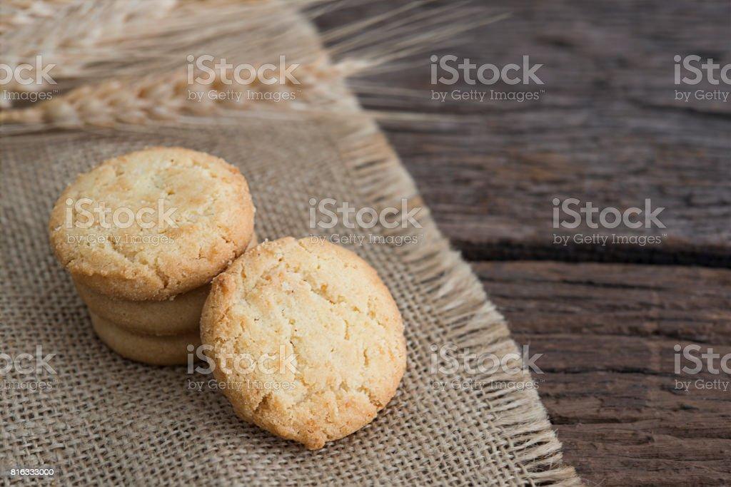 Biscoitos de manteiga closeup em fundo de mesa rústica - foto de acervo
