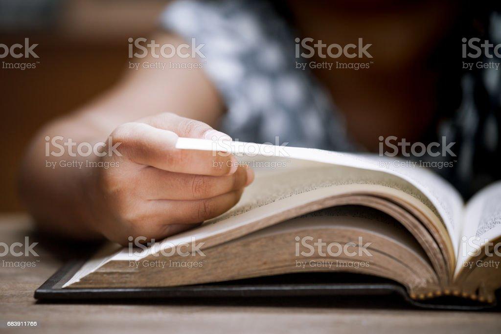 Mano de niño Closeup abriendo y leyendo un libro en la biblioteca - foto de stock
