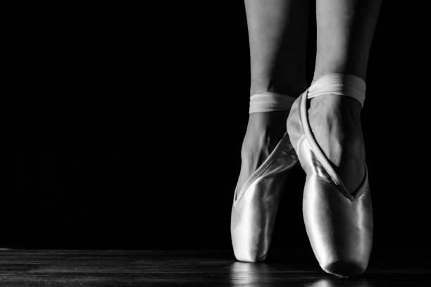 Close-up klassische Ballerina Beine in Pointes auf dem schwarzen Boden – Foto