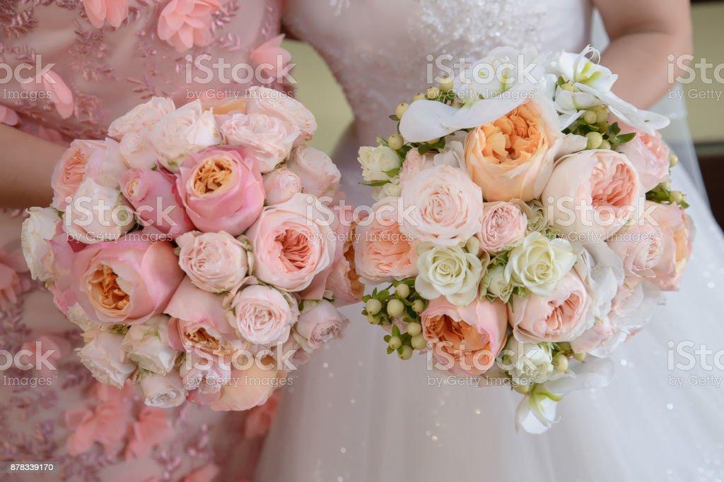 Toma de primer plano recortado de joven caucásica novia y Dama de honor con un ramo de novia redondo grande cada pastel con Peonias y rosas blancas de color - foto de stock