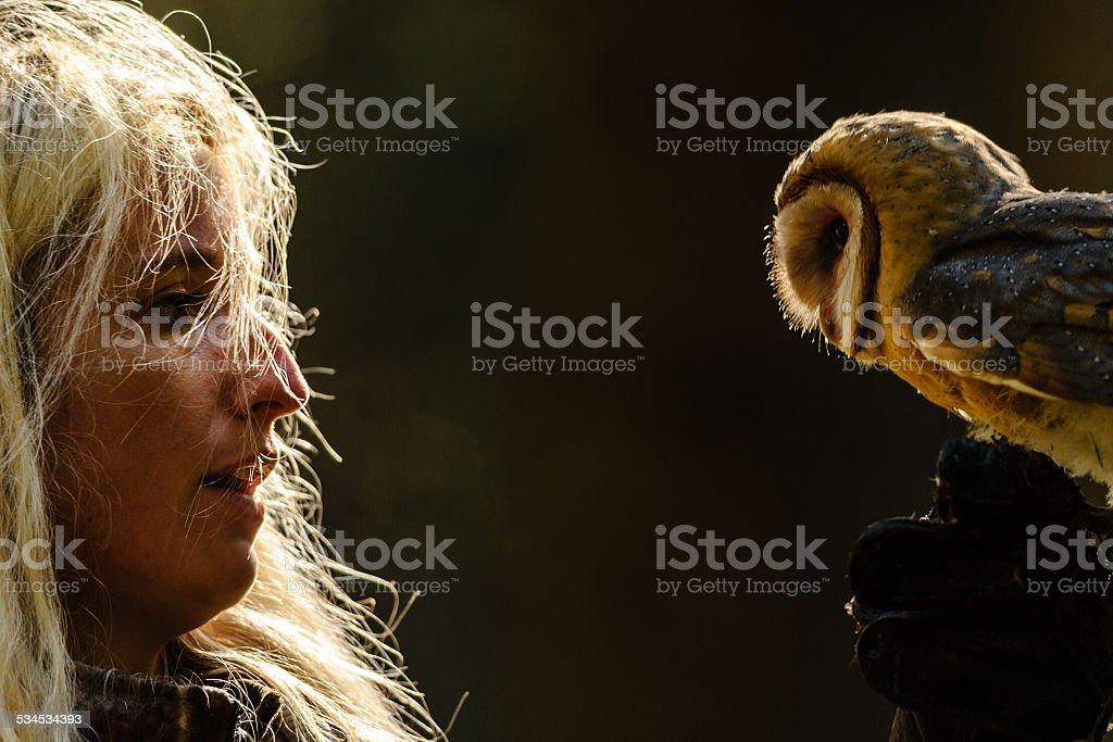 Nahaufnahme detail blonden Falknerei Mädchen Blick auf Schleiereule – Foto