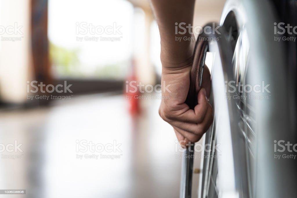 Closeup deaktiviert Man Hand am Rad des Rollstuhls – Foto