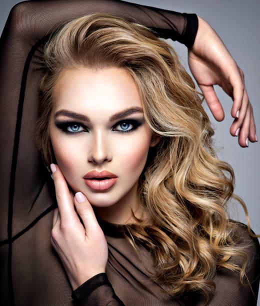 Nahaufnahme Gesicht eines schönen Mädchens mit Make-up im Stil Smokey Eyes. – Foto