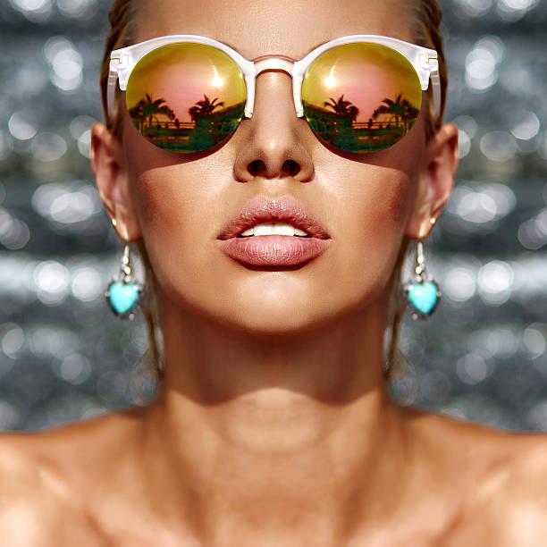 Detalhe do retrato de moda bela mulher usando óculos de sol - foto de acervo