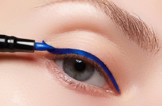 closeup fashion make-up. perfektes gesichtshaut, extrem lange wimpern - goldenes augen make up stock-fotos und bilder