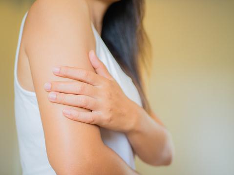 特寫女性的手臂手臂疼痛和損傷衛生保健和醫療的概念 照片檔及更多 上部 照片