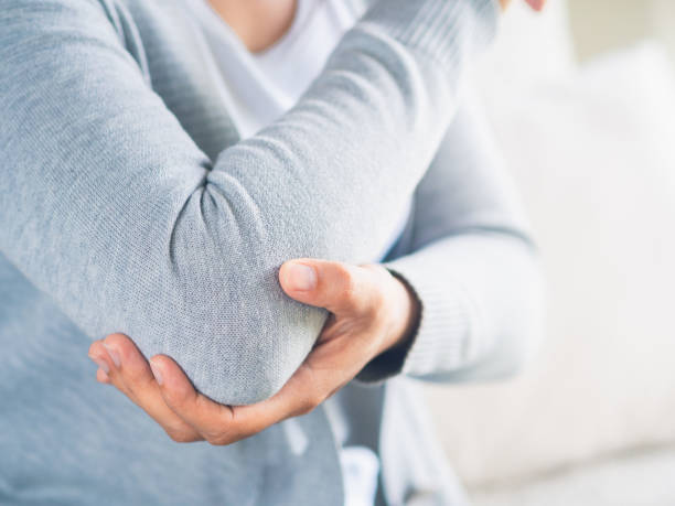 근접 촬영 여성의 팔꿈치입니다. 팔 통증 및 부상 건강 및 의료 개념입니다. - 관절 뉴스 사진 이미지