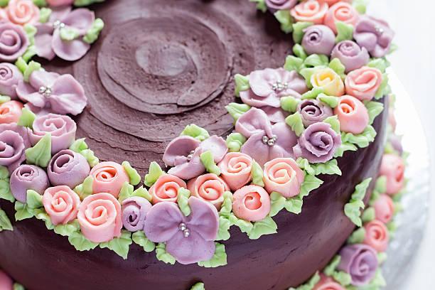 nahaufnahme der blumendekoration auf schokoladenkuchen - rosentorte stock-fotos und bilder