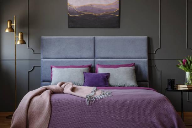 close-up für stilvolle zimmer echtes foto in einem luxuriösen hotel - pflaumen wände stock-fotos und bilder