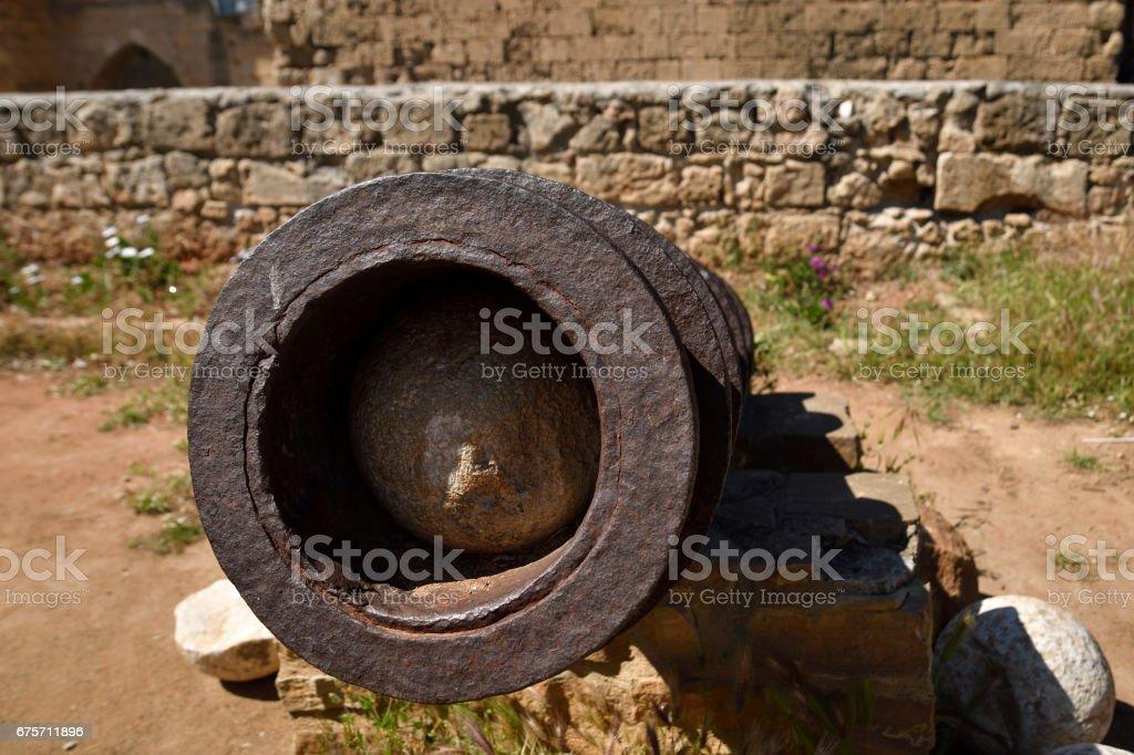 從舊大炮前的特寫與大炮球內 免版稅 stock photo
