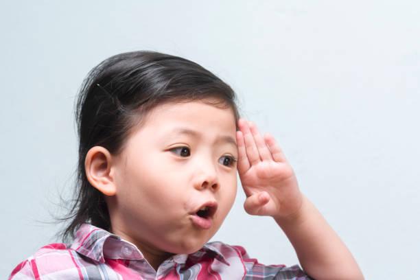 primer plano divertida linda asiatico levantar mano izquierda gesto de actuar saludo con espacio para texto. - feliz dia del policia fotografías e imágenes de stock