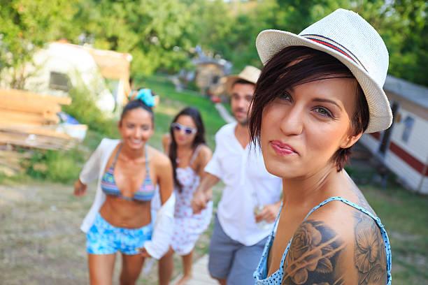 nahaufnahme der mädchen mit tatoo und mütze - tanz camp stock-fotos und bilder