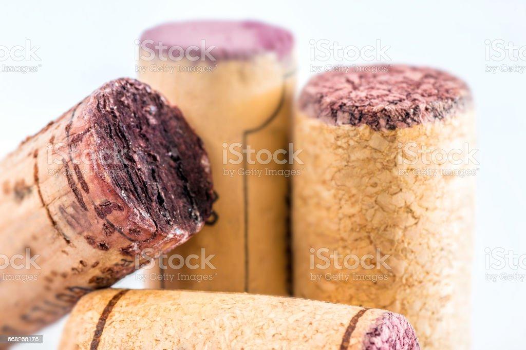 Gros plan groupe de bouchons de vin différents utilisé bouchon de bouteille en studio sur fond blanc - Photo