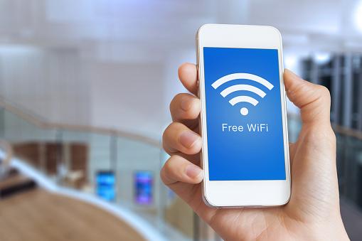 Closeup El Üstünde Perde Smartphone Ücretsiz Wifi Hotspot Ile Tutarak Stok Fotoğraflar & Bağlantı'nin Daha Fazla Resimleri