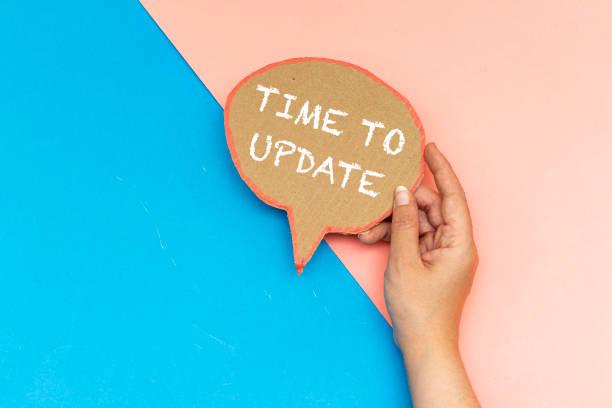 Nahaufnahme hand halten Zeit, um Sprechblase zu aktualisieren – Foto