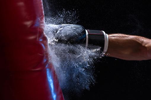 검은 배경 위에 샌드 백에 충격의 순간에 권투 선수의 클로즈업 손 가방에 대한 스톡 사진 및 기타 이미지