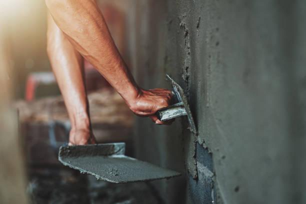 Nahaufnahme von Arbeiter Putzzement an der Wand für den Bau haus – Foto