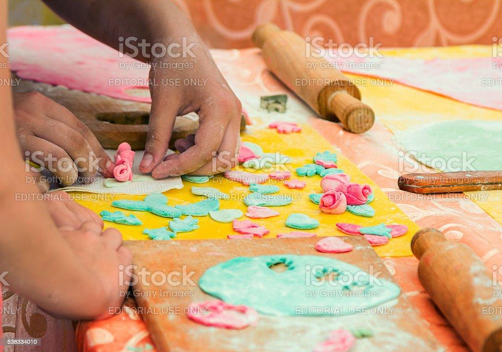 Gros plan de mains coloré de pâte pour la décoration - Photo