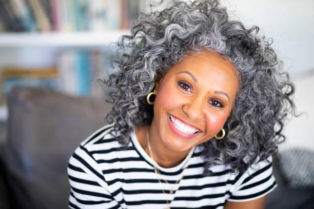 Nahaufnahme-Headshot einer schönen schwarzen Frau – Foto
