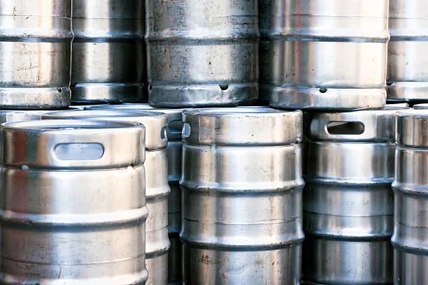 nahaufnahme haufen von glänzendem edelstahl bier kegs - bierfass stock-fotos und bilder