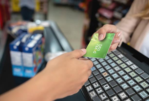 primo primo posto con in mano una carta premi al supermercato - fedeltà foto e immagini stock