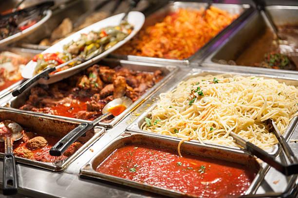 nahaufnahme bild von ein vom buffet mit voller speisen - pasta deli stock-fotos und bilder