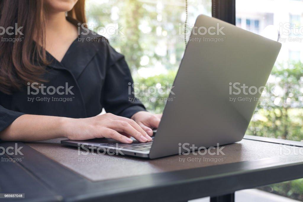 Close-up beeld van een zakenvrouw werken en laptop toetsenbord in office - Royalty-free Apparatuur Stockfoto