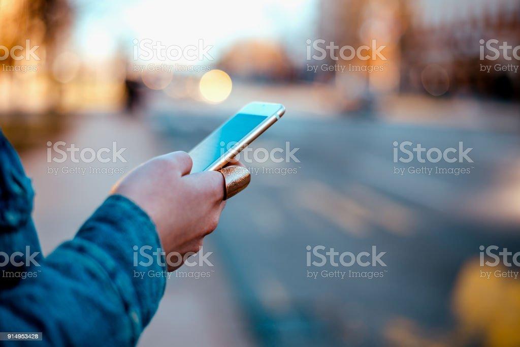 Nahaufnahme Bild einer weiblichen Hand mit Telefon am Stadtstraße. – Foto