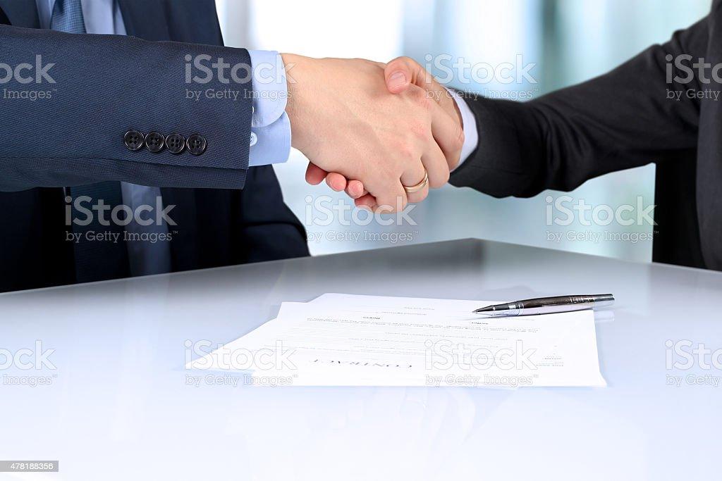Close-up Bild eines festen handshake zwischen zwei Kollegen – Foto