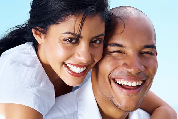 Primer plano de la imagen de una feliz pareja joven romántica - foto de stock