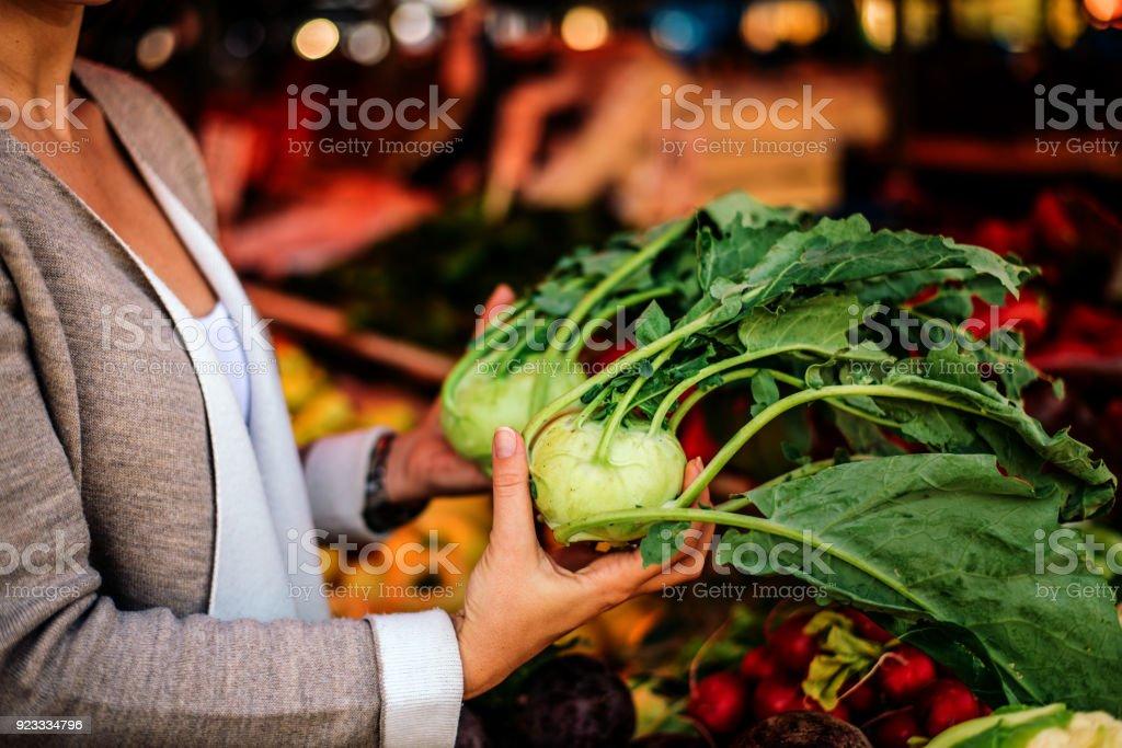 Nahaufnahme Bild einer Frau mit Kohlrabi am Markt. – Foto