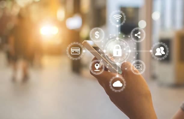 Nahaufnahme von männlichen Händen mit mobilen Smartphone mit Symbol Grafik Cyber-Sicherheits-Netzwerk von verbundenen Geräten und persönlichen Dateninformationen – Foto