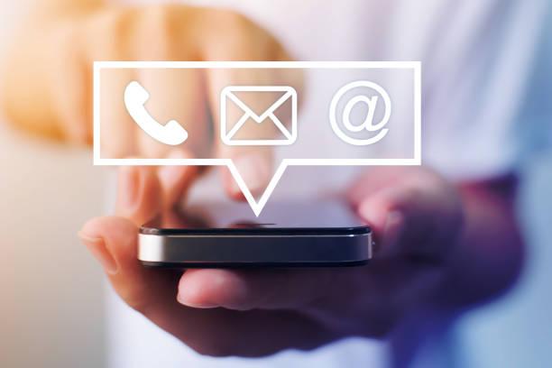 крупным планом изображение мужских рук с помощью смартфона с иконой телефон электронной почты мобильного телефона и адреса. свяжитесь с на - сообщение стоковые фото и изображения
