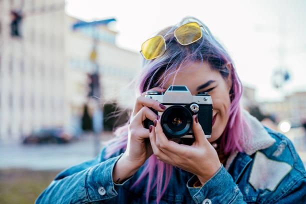 nahaufnahme bild des städtischen fotografin mit kamera. - fotografische themen stock-fotos und bilder