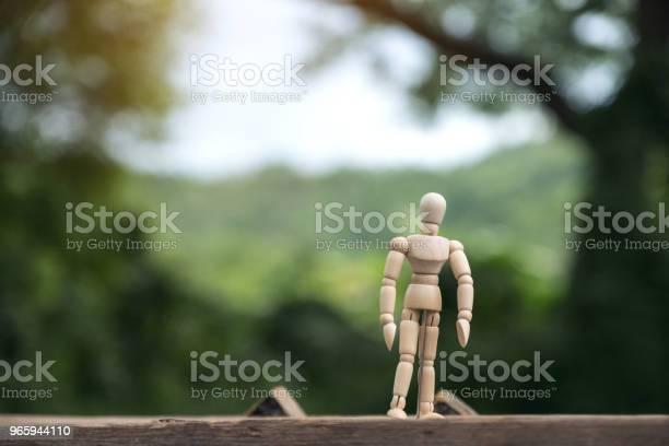 Крупным Планом Изображение Деревянной Фигуры Модели Человека Стоящего На Деревянном Столе С Размытием Фона — стоковые фотографии и другие картинки Взрослый