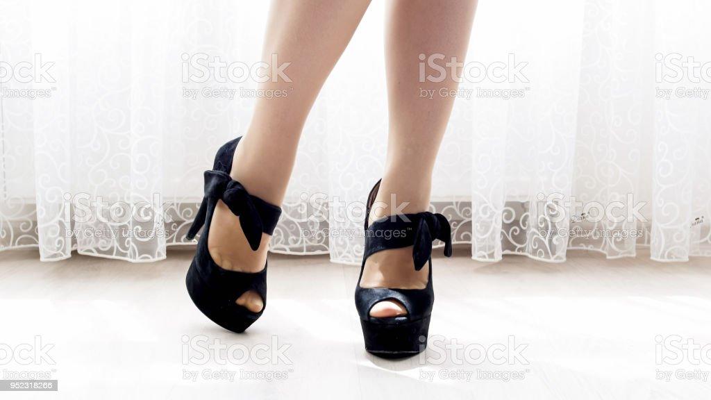 9007a2a1a7d 팬티 스타킹에 하이 힐 신발 섹시 한 여성 다리의 근접 촬영 이미지 royalty-