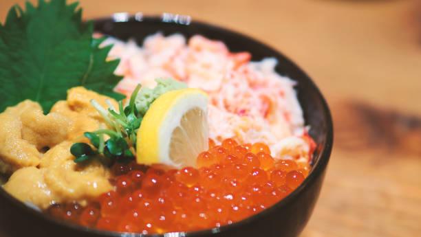日本の魚介類のクローズ アップ画像ライス ボウルや海鮮丼の刺身丼 - 丼物 ストックフォトと画像
