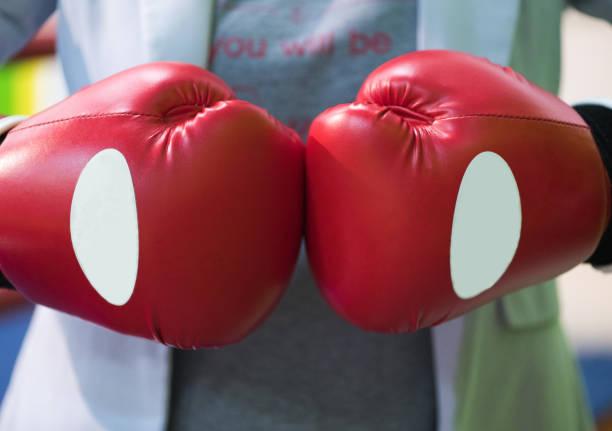 nahaufnahter mann hat seine fäuste in boxhandschuhe geklemmt. die inschrift auf dem t-shirt werden sie - wortarten bestimmen übungen stock-fotos und bilder