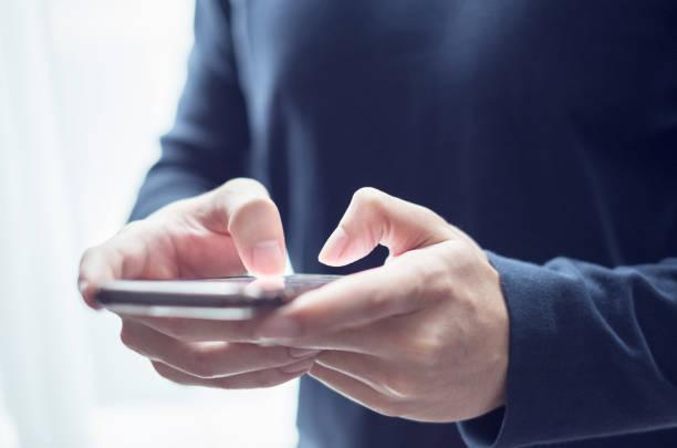 Closeup Mannhände tippen Nachricht schreiben auf Smartphone, chatten Sie mit Freunden, soziale Nekwork. – Foto