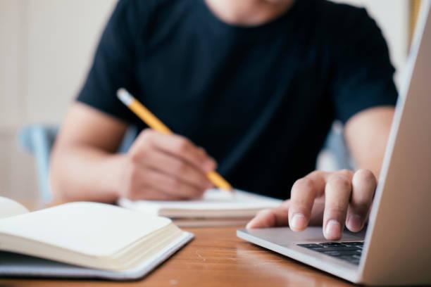Closeup Mann Hände mit Computer-Laptop. – Foto