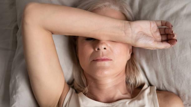 Nahaufnahme melancholische Frau liegen legte Hand auf Gesicht fühlt sich unwohl – Foto