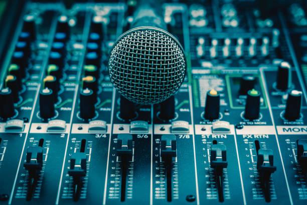 närbild mikrofon över ljudmixer, vintage film stil, musik utrustning koncept - audioutrustning bildbanksfoton och bilder